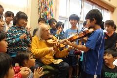 吉里吉里学園小学部での子どもたちとの演奏(写真提供:槌音プロジェクト)